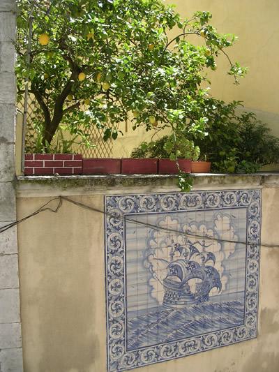 Alfma near Feira da Ladra azulejos