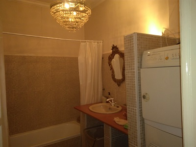 Apartment Mouraria Lisbon bathroom 1