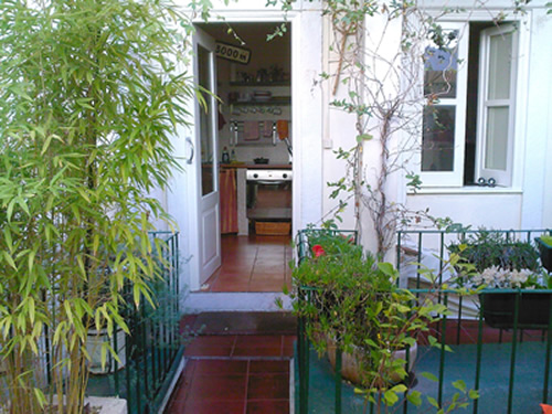 Authentic 3 bedroom apartment (100 m2) historic area Lisbon: lovely private  ptio (30 m2): max 6 pers. fully equipped, Sat TV, BBQ, WiFi & tram 28