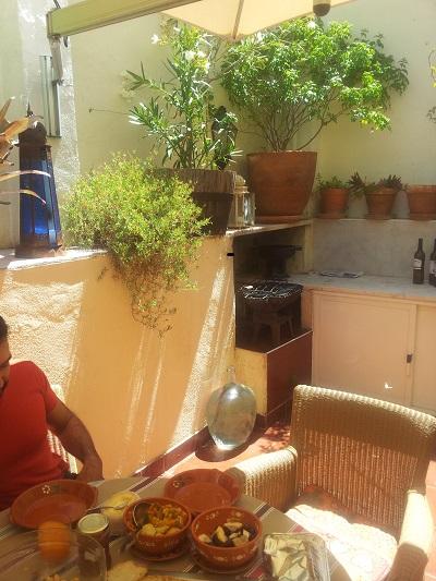 mouraria-apartement-lissabon-juli-zonnig-terras-bbq