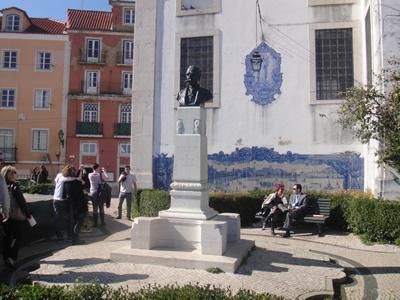 Lisbon viewpoint Santa Luzia tiles2