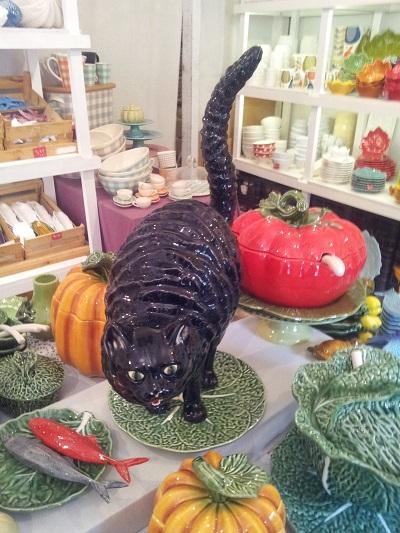 Lisbon Armazem Caldas Feira da Ladra famous ceramic Bordalo Pinheiro black cat